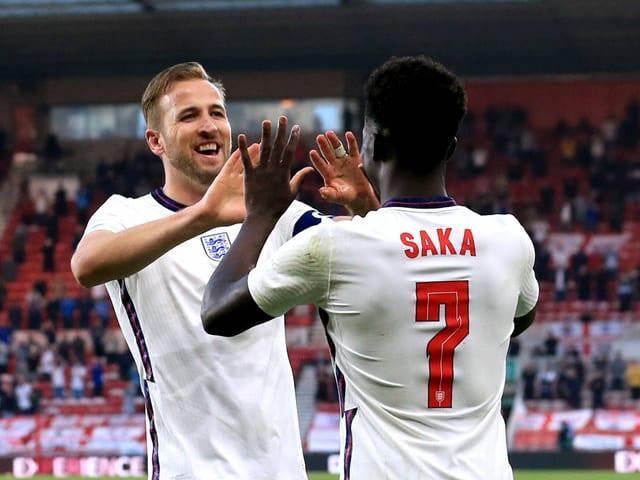 Harry Kane (links) und Bukayo Saka (rechts) klatschen sich ab.