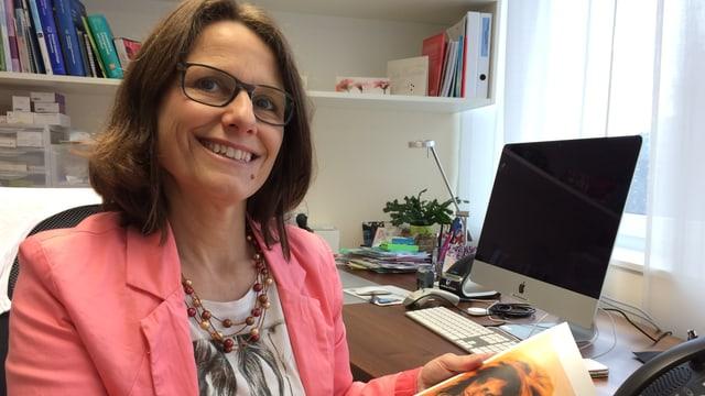 Gynäkologin und Buchautorin Ruth Draths in ihrer Praxis in Sursee.