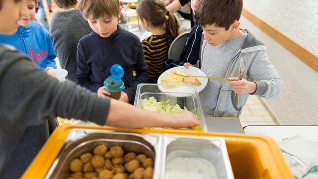 Schüler stehen fürs Essen an