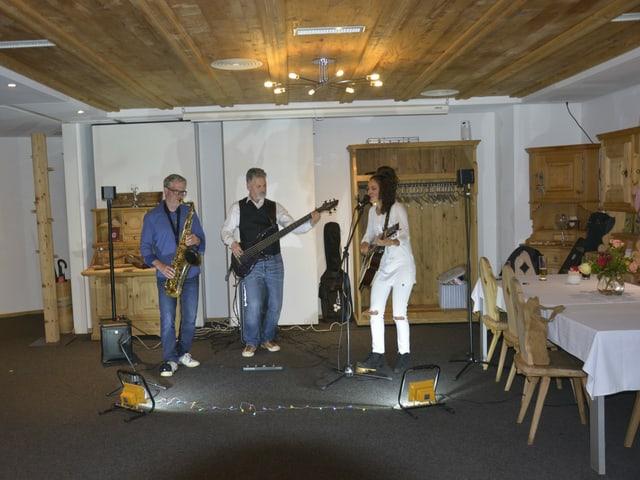 La band «What the funk» è sa preschentada en il hotel Alpina a Breil.