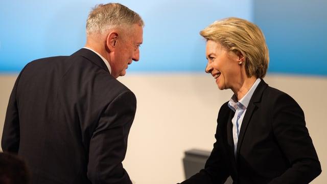 John Mattis und Ursula von der Leyen begrüssen sich.