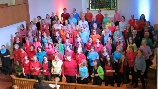 Pfingsten mal anders: Gemeinsames Singen beim grossen Gospel-Gottesdienst in Adliswil.