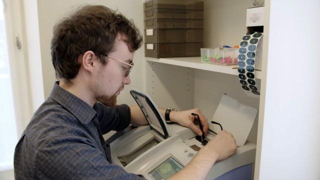 Video «Berufsbild: Augenoptiker EFZ» abspielen