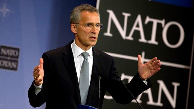 Stoltenberg redet und gestikuliert vor einem grossen Nato-Schild.