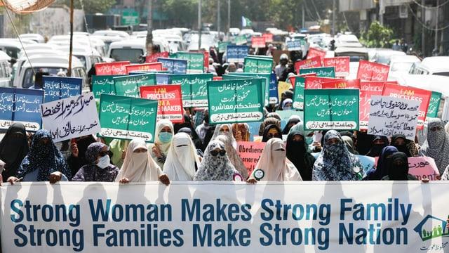 Frauen in Burkas und Niqabs protestieren in Karachi.