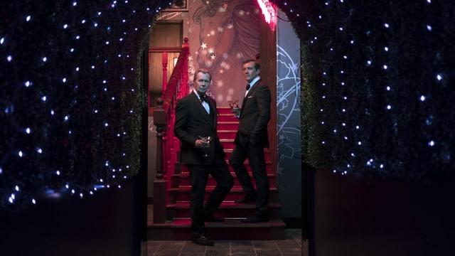 Zwei Männer stehen auf einer Treppe