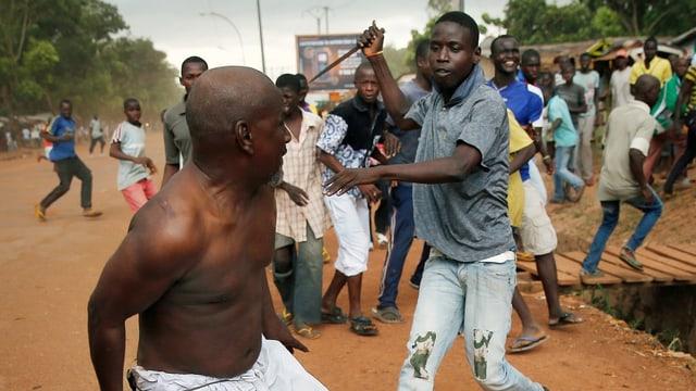 Ein Mann geht mit einem Messer auf einen Séléka-Rebellen los