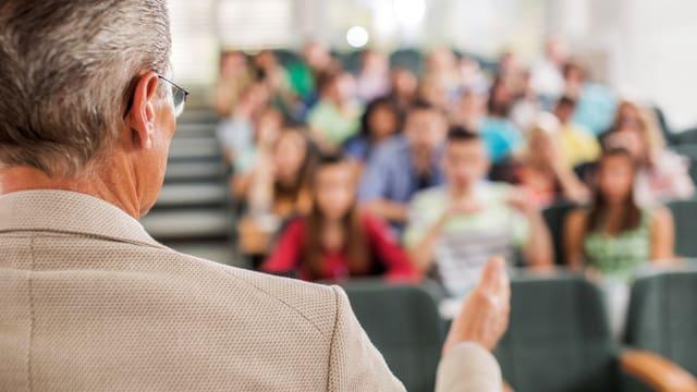 Mann spricht zu Studenten