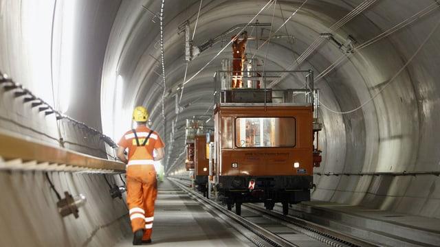 Arbeiter montieren im Streckenabschnitt Erstfeld-Sedrund des Gotthards-Basistunnels Kupferdrähte für die Fahrleitung.