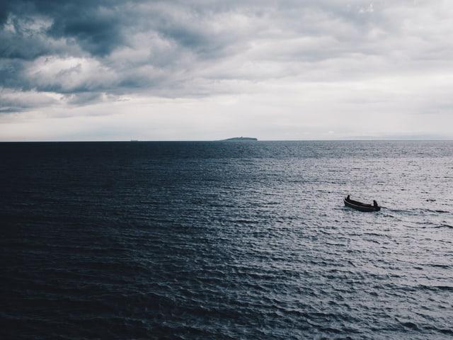 Boot fährt auf weitem Meehr.