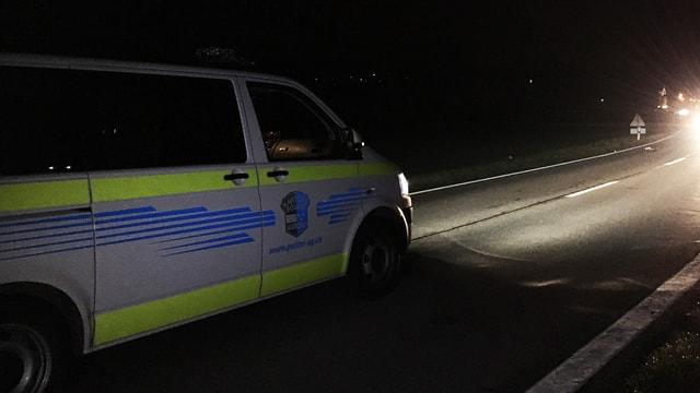 Fahrzeug der Kantonspolizei Aargau beleuchtet mit Scheinwerfer den Unfallort auf einer Strasse in Mellingen.