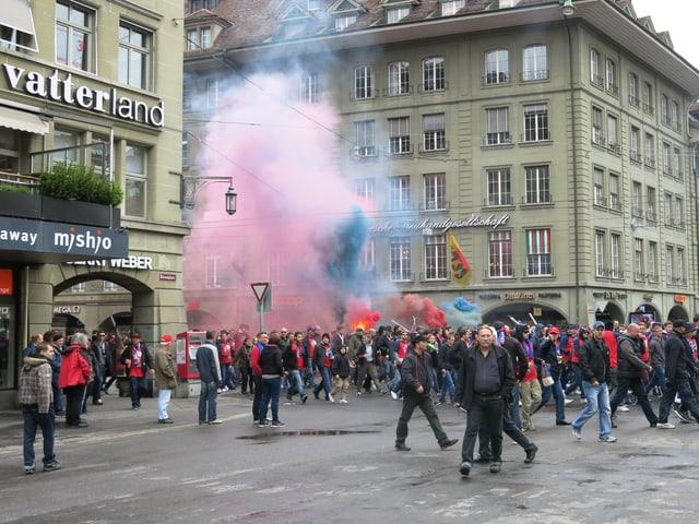 Zuerst zogen die FCZ-Fans am Bärenplatz vorbei und dann die FCB-Anhänger. (srf)