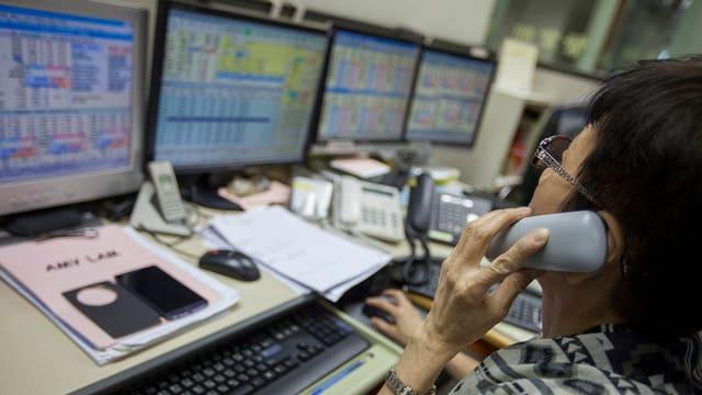 Ina commerzianta a la bursa da Hongkong.