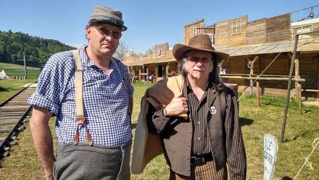 Zwei Männer in Western-Kleidung