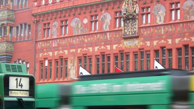 Tram vor Rathaus