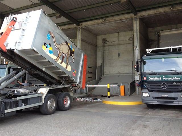 Kehrichtauto liefert neuen Abfall
