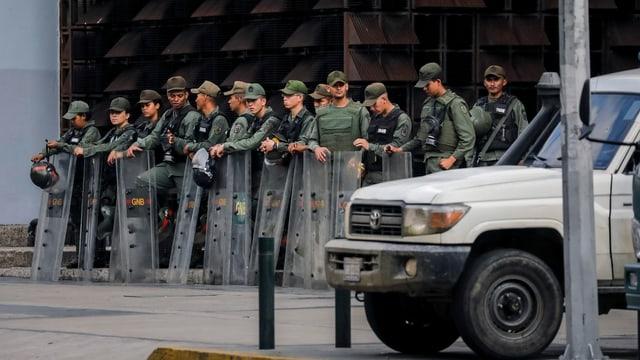 commembers da la garda naziunala avant ils biros da la procura generala da la Venezuela