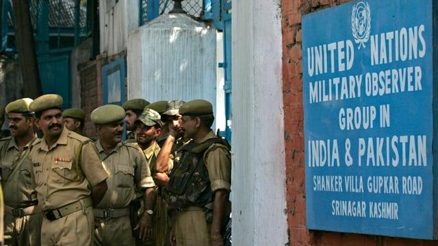 Soldaten vor einem UNMOGIP-Schild