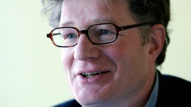 Roger Willemsen trägt eine Brille. Er redet.
