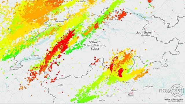 Viele Blitze im Westen.