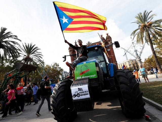 Traktor mit Mann mit Fahne