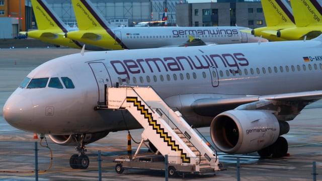 Germanwings-Flieger mit angefahrener Zustiegstreppe (leer).