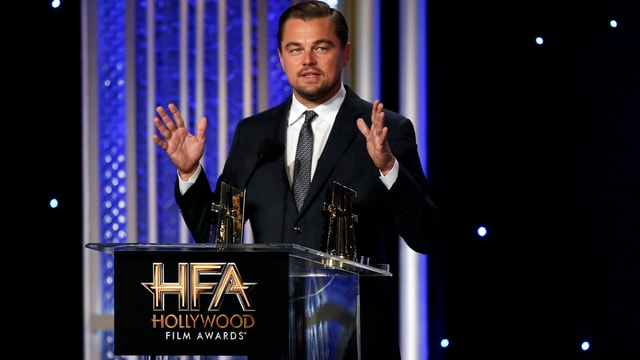 Leonardo DiCaprio im Anzug bei einer Preisverleihung.