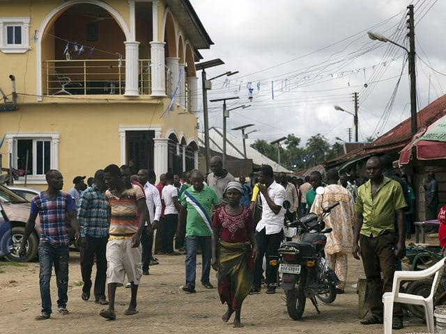 Jugendliche auf den Strassen in Otuoke