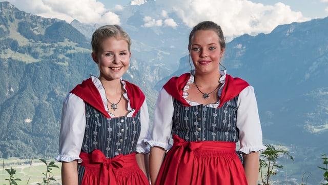 Zwei junge Frauen tragen die Edelweiss Tracht.