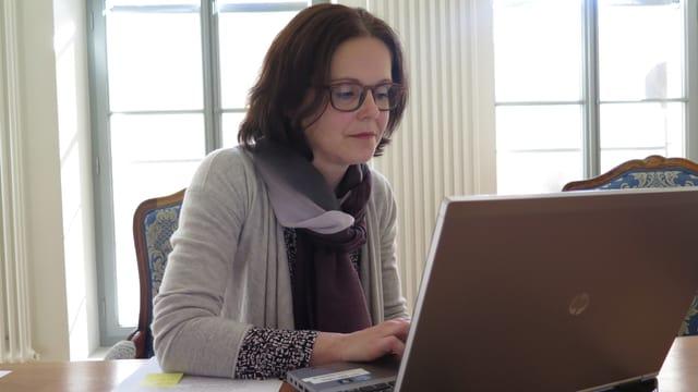 Stephanie Gropp an einem Laptop.