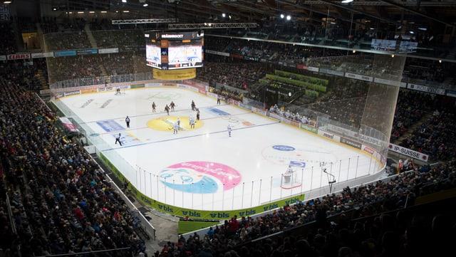Einblick von oben ins volle Berner Stadion während einem Eishockey-Spiel