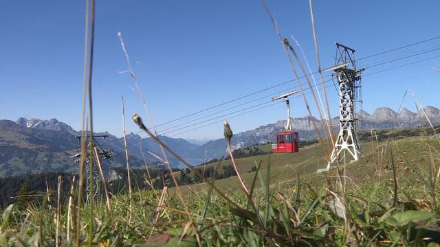 Rote Palfried-Seilbahn mit Aussicht auf das Bergpanorama.