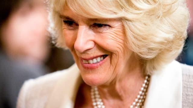 Camilla lacht und sieht entspannt aus