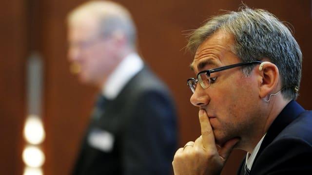 CEO Daniel Frutig denkt während einer Medienkonferenz nach