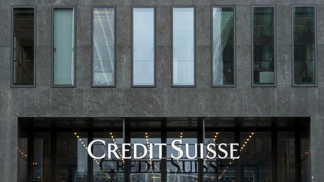 Purtret d'ina entrada cun si il logo da la Credit Suisse.