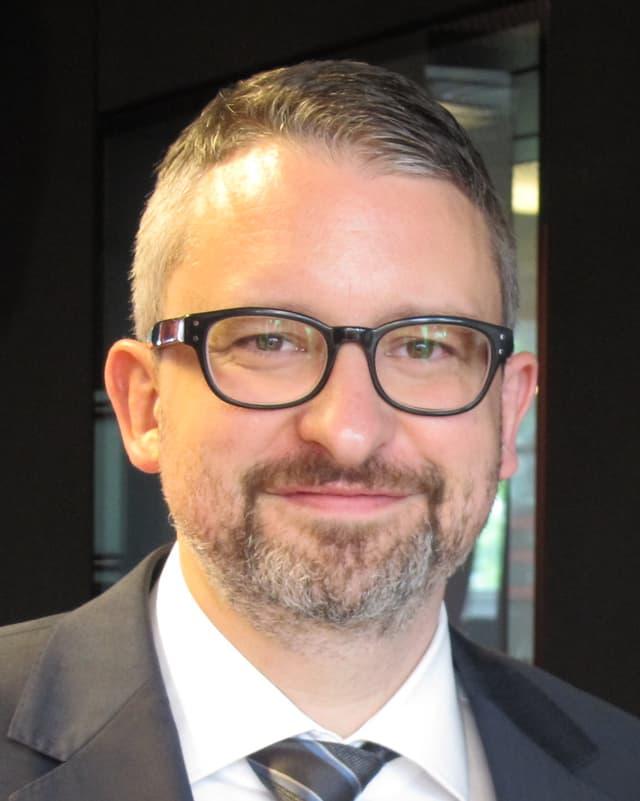Martin Sturzenegger (40), ist in Zürich geboren und aufgewachsen. Er lebt mit seiner Frau und seinen beiden Kindern in Thalwil.