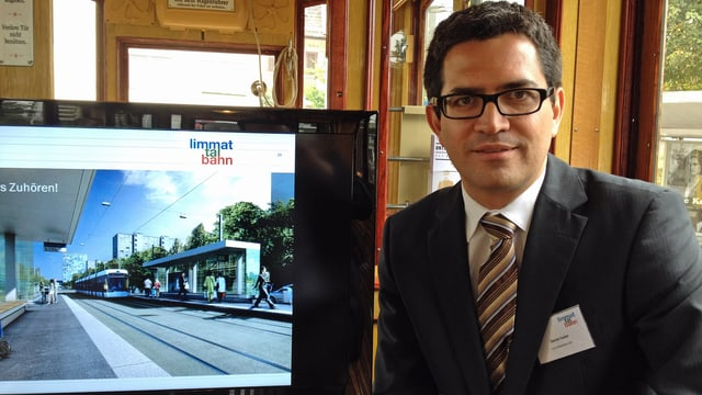 Der Projektverantwortliche der Limmattalbahn, Daniel Isler, neben dem Computer, darauf ist das Projekt aufgeschaltet.