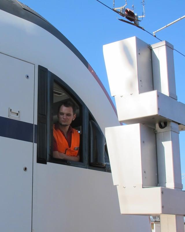 Lokomotivführer Silvio Jenny vor dem Schaltkasten der Waschanlage.