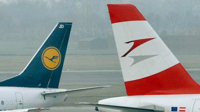 Bemaltes Heck einer Lufthansa- und einer Austrian-Airlines-Maschine