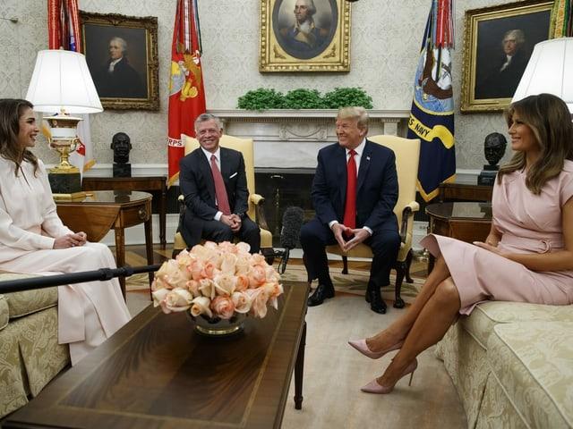 Abdullah II. mit Königin Rania bei Donald und Melania Trump im Oval Office in Washington (Juni 2018).