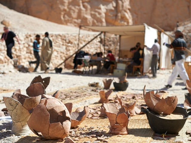 zerbröckelte Vasen, die von Forschern wieder zusammengesetzt wurden.