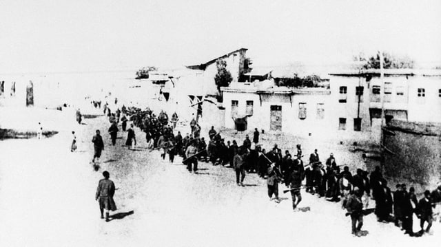 Ina scena da via l'on 1915. Suldada osmana metta in lingia Armens.