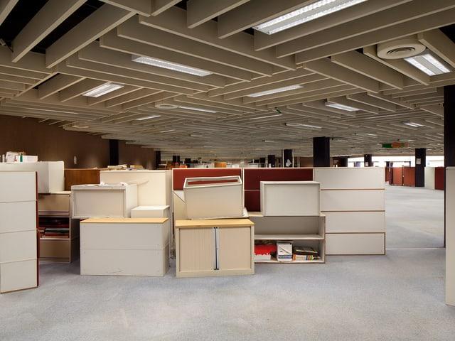 Menschenleeres Grossraumbüro, verlassen, Möbel gestapelt