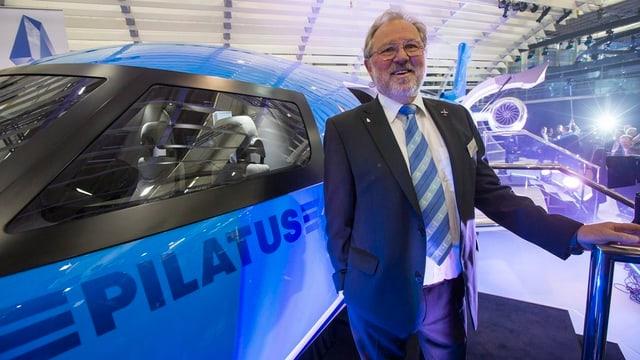 Ein stolzer Oscar Schwenk bei der Präsentation des neuen PC-24 an einer Aviatikmesse in Genf.