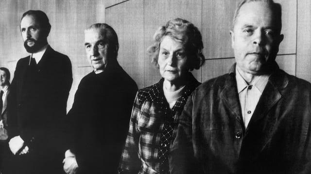 ie beiden Priester und die Eltern der verstorbenen Annelies Michel nach dem Gerichtsprozess.