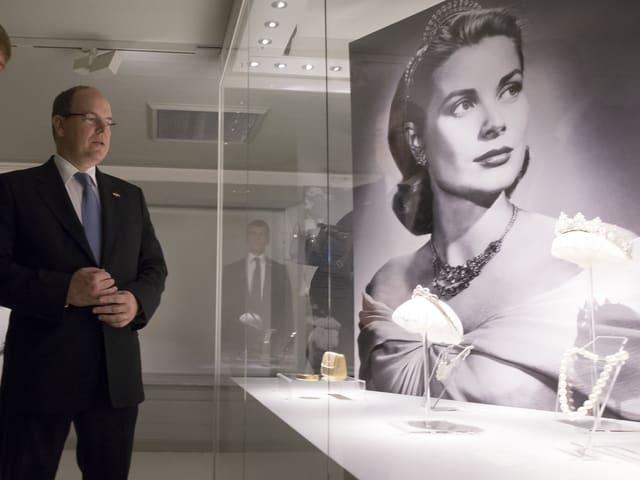 Prinz Albert schaut bei einer Aussteullung ein Bild von Grace Kelly an.