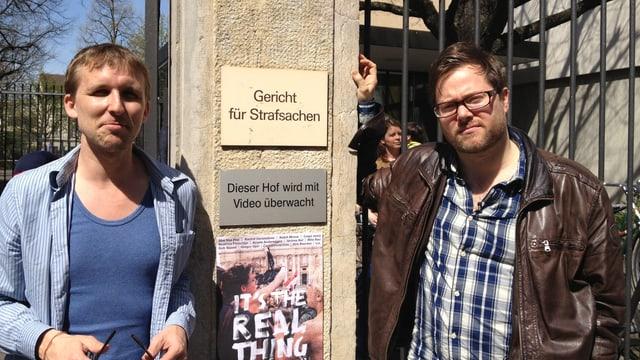 Boris Nikitin und Milo Rau stehen vor dem Basler Strafgericht