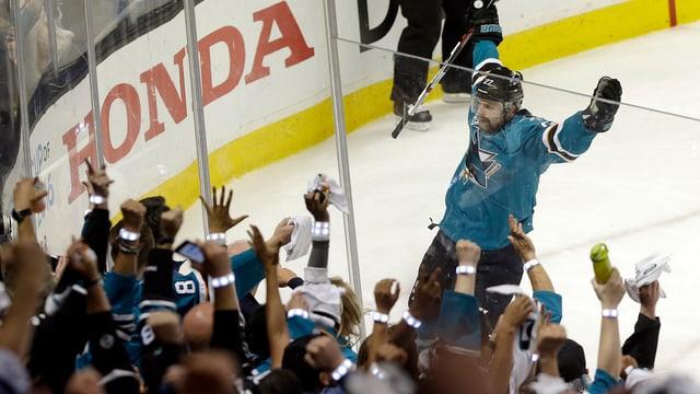 Der Finne Joonas Donskoi lässt sich nach dem 4:0 feiern.