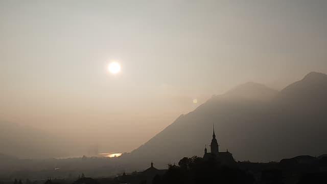 Sonne drückt sich durch die Nebelschicht.