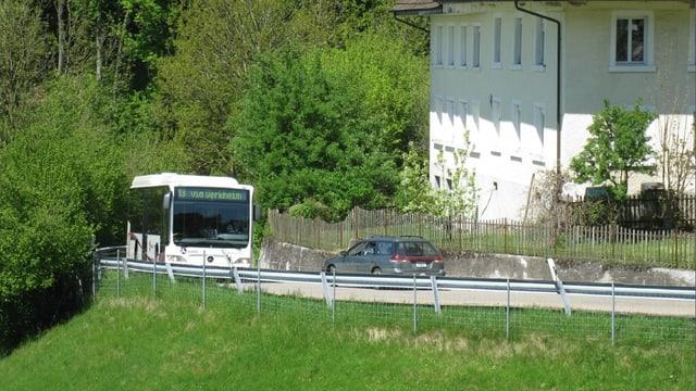 Bus und Auto auf der schmalen Mühlethalstrasse in einer unübersichtlichen Kurve.